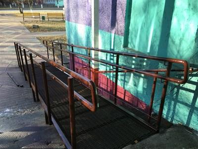 Стационарный пандус Классик с настилом из просечно-вытяжного листа, поручнями из конструкционной стали - фото 8264