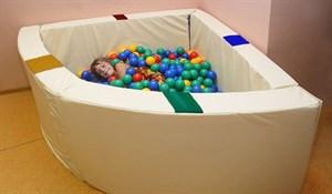 Интерактивный сухой бассейн в форме 1/4 круга с кнопками-переключателями. Размер 150х150х66 см.