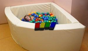 Интерактивный сухой бассейн в форме 1/4 круга с клавишами управления. Размер 150х150х66 см.