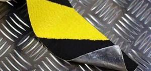 Противоскользящая лента формуемая абразивная для неровных поверхностей черно-желтая, 50 мм